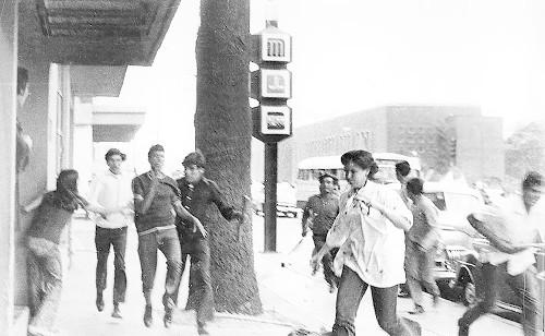 Imagen de Grupo de jóvenes durante la represión a la marcha estudiantil el 10 de junio de 1971 (atribuido)