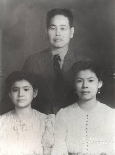 Imagen de Chong Fat con sus hijas Josefina y Margarita Fat Cano (atribuido)