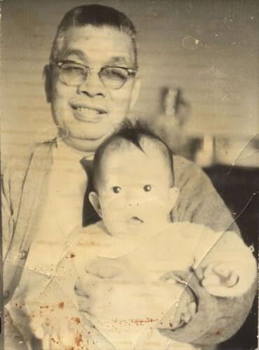 Imagen de Jorge Wongñis Cuan con su nieta Guadalupe López Wongñis (atribuido)