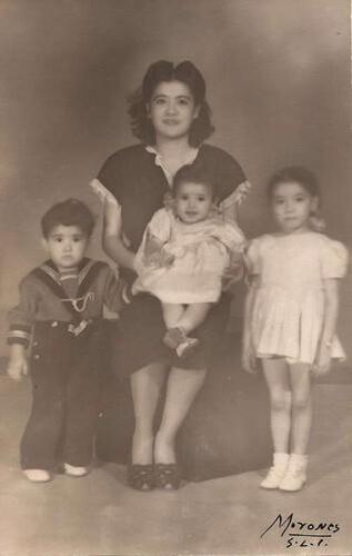Imagen de Amparo Esther Lechón (apellido chino Li Chong) con sus hijos y sobrina (atribuido)