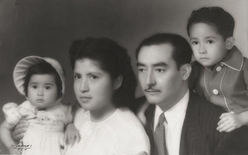 Imagen de Rafael Lam junto a su esposa María Elena Varela y sus hijos Amalia Lam Varela y Samuel Lam Varela (atribuido)