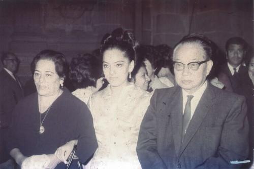 Imagen de Benjamín Wong y su esposa María Teresa Castañeda Miranda junto a su hija Dalia Wong Castañeda (atribuido)