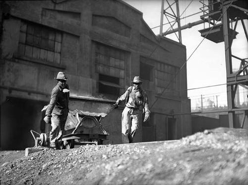 Imagen de Obreros de una mina en Nueva Rosita Coahuila jalando una tolva (atribuido)