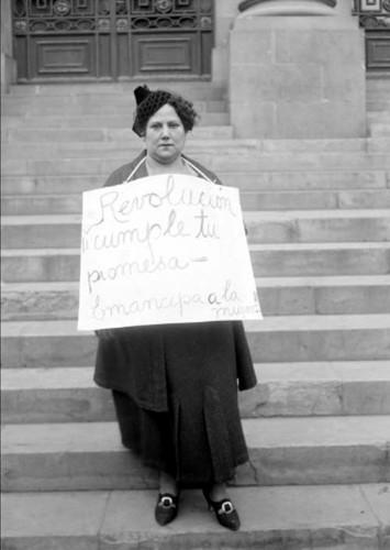 Imagen de Sra. Margarita Robles de Mendoza, sosteniendo un cartel (atribuido)