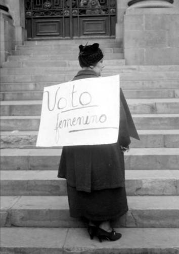 Imagen de Margarita Robles de Mendoza, pide voto femenino con cartel a la espalda (atribuido)