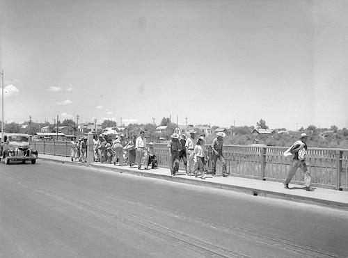 Imagen de Braceros cruzando el puente entre Ciudad Juárez y paso Texas (atribuido)
