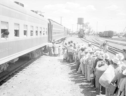 Imagen de Braceros abordan un tren en una estación de ferrocarril (atribuido)