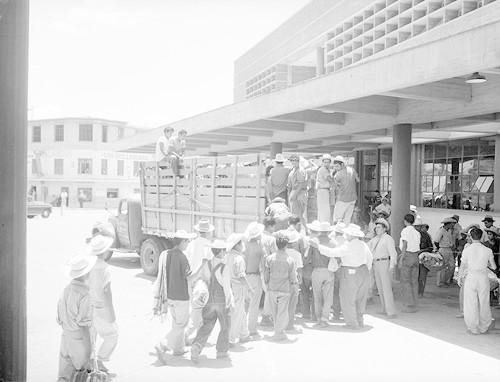 Imagen de Braceros abordando un camión de redilas (atribuido)