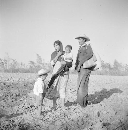 Imagen de Bracero y su familia caminando por un paraje (atribuido)
