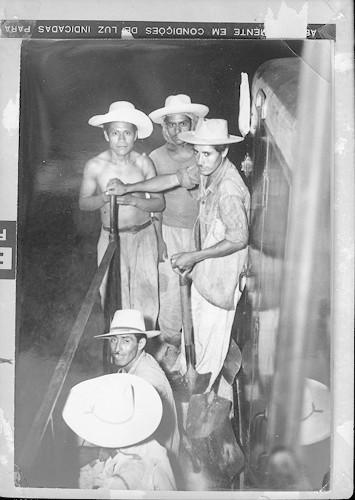 Imagen de Braceros con palos en un tren (atribuido)