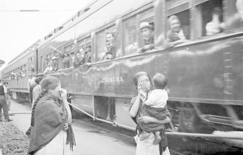 Imagen de Mujeres llorando al despedirse de braceros en la estación del ferrocarril (atribuido)