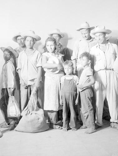 Imagen de Familias de braceros, retrato de grupo (atribuido)