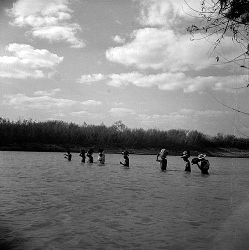 Imagen de Braceros cruzando en río Bravo (atribuido)